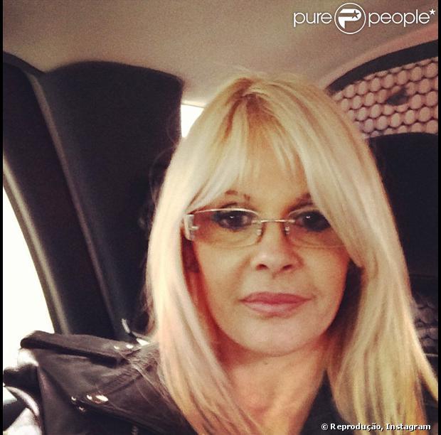 Monique Evans já recebeu alta, mas não quer deixar a clínica psiquiátrica. A informação é da coluna 'Diário da Fama', do jornal 'Diário de S. Paulo', de 15 de outubro de 2013
