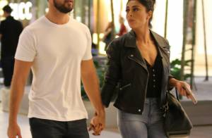 Juliana Paes passeia de mãos dadas com o marido e posa com fãs em shopping do RJ
