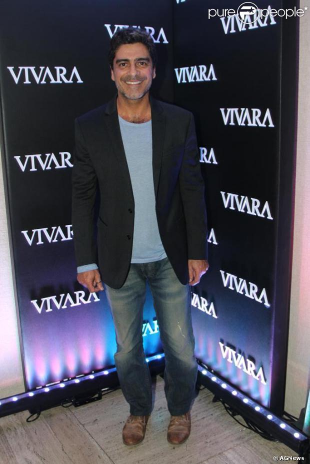 Junno Andrade, namorado da apresentadora Xuxa, prestigiou o lançamento da campanha de Natal da joalheria Vivara, na noite desta terça-feira, 15 de outubro de 2013