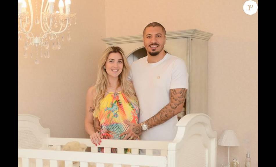 Ex-BBB Fernando Medeiros se surpreende na função como pai: 'Estou apaixonado por trocar fraldas!'