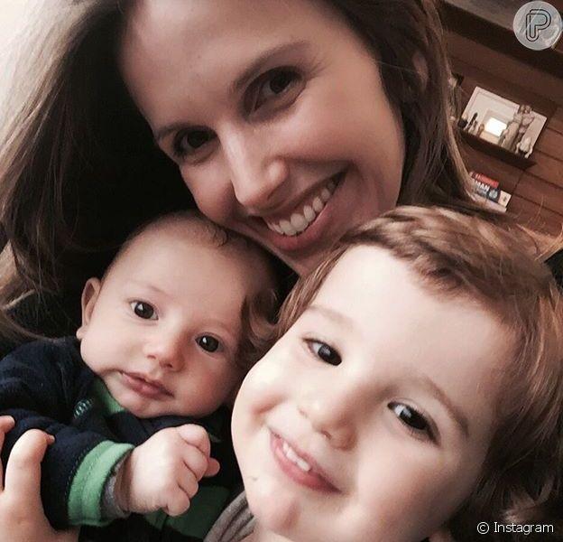 Mariana Ferrão se derreteu ao posar com os filhos Miguel e João: 'Estou me achando como mãe de dois!!'