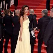 Amal Alamuddin, mulher de George Clooney, se atrapalha com vestido em Cannes