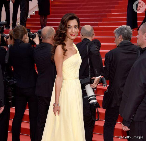 Amal Alamuddin usou um longo Versace para acompanhar o marido, George Clooney, no tapete vermelho do longa 'Jogo do Dinheiro' nesta quinta-feira, dia 12 de maio de 2016