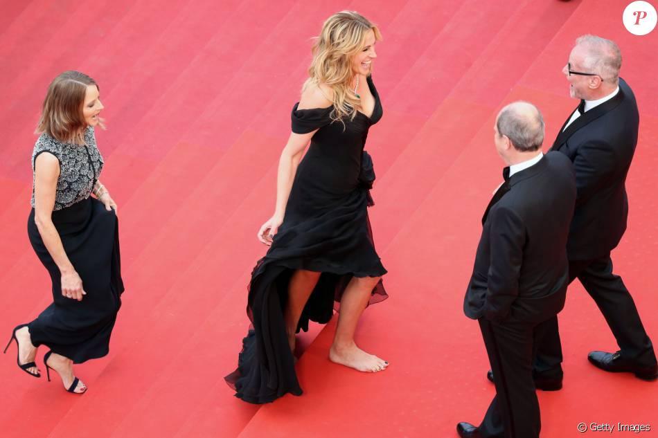 Julia Roberts pode tudo! A atriz quebrou o protocolo e subiu as escadarias do Festival de Cannes 2016 descalça