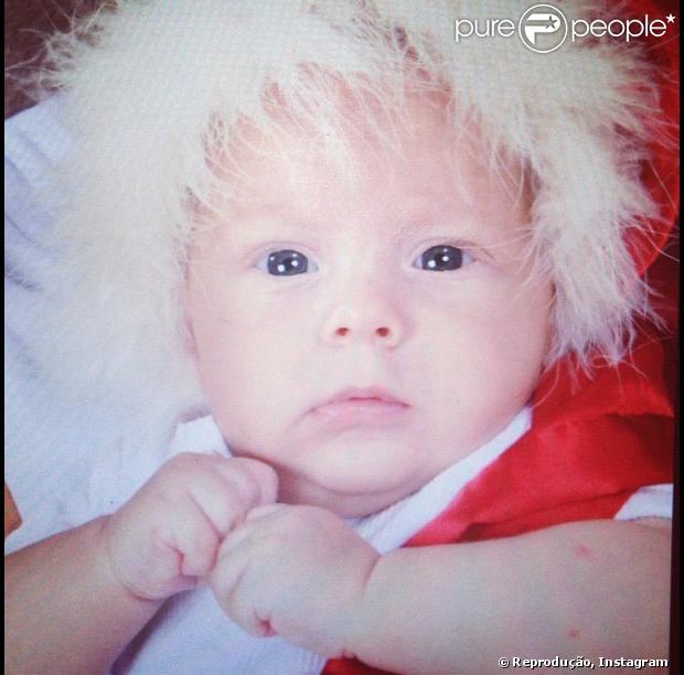 Carolina Dantas postou foto na tarde desta segunda-feira (24), em seu Instagram, do filho Davi Lucca vestido de Papai Noel