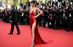 Bella Hadid, irmã da top Gigi Hadid, ousa com fenda reveladora em Cannes. Fotos!