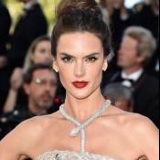 Alessandra Ambrosio rouba a cena com colar de R$ 1,5 milhão em Cannes