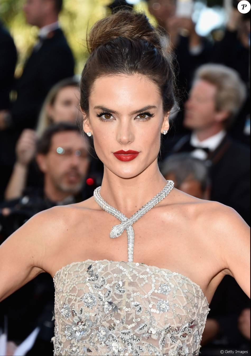 Alessandra Ambrósio chamou atenção com seu colar em formato de serpente, uma joia da grife Bulgari com valor estimado em R$ 1,5 milhão
