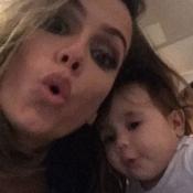 Deborah Secco imita pose da filha, Maria Flor, de 5 meses: 'Fazendo bico'