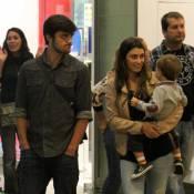 Felipe Simas passeia com a mulher, Mariana Uhlmann, e o filho, Joaquim. Fotos!