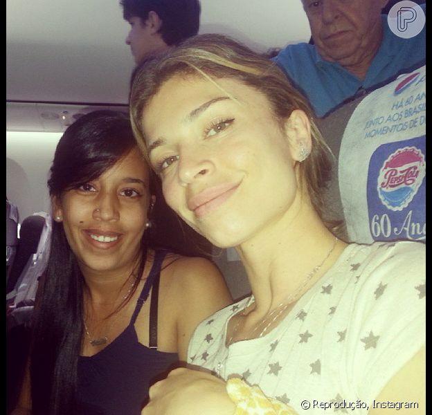 Grazi tirou fotos com fãs no voo do Rio de Janeiro para o Paraná. A atriz atendeu aos pedidos antes de desembarcar no Aeroporto Internacional Afonso Pena, em Curitiba, na tarde de quarta-feira, 16 de outubro de 2013