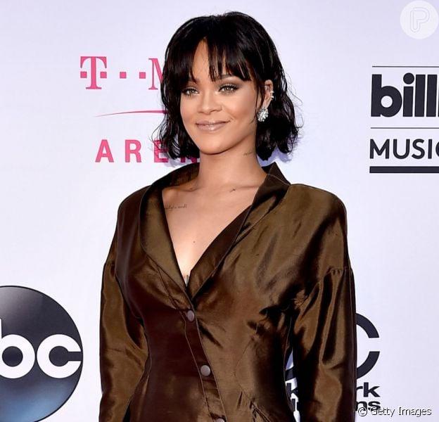 Rihanna apostou em vestido marrom de seda Thierry Mugler e sapatos mules para o Billboard Awards 2016, neste domingo, 22 de maio de 2016