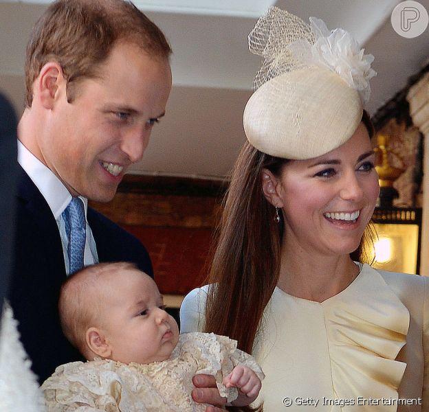 Kate Middleton usa vestido do mesmo estilista do modelo de seu casamento em batizado do filho, o príncipe George Alexander Louis, em 23 de outubro de 2013