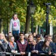 Simpatizantes da monarquia aguardam o príncipe George em frente ao palácio de Saint James, em Londres