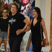 Fábio Porchat passeia de mãos dadas com a namorada em shopping no Rio