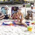 Carolina (Juliana Paes) vai à praia com a família, no último capítulo da novela 'Totalmente Demais'