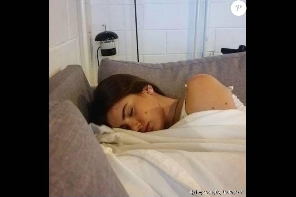 Camila Queiroz foi flagrada dormindo após o almoço nos Estúdios Globo. 'Flagra! Dormindo como uma Angel', escreveu Anderson Di Rizzi no Instagram