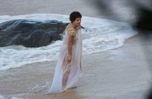 Maitê Proença mergulha no mar de calcinha e sutiã após gravar 'Liberdade'. Fotos