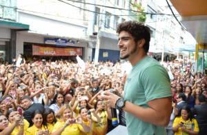 Caio Castro reúne fãs em evento e acaba deixando cueca à mostra em foto