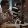 Em 'Totalmente Sem Noção Demais', Zé Pedro (Hélio de la Peña) olha para uma mulher passando e Dorinha (Samantha Schmutz) fica enciumada