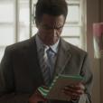 Em 'Totalmente Sem Noção Demais',  Zé Pedro (  Hélio de la Peña  ) responde as mensagem e vai até o Flor do Lácio
