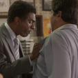 Em 'Totalmente Sem Noção Demais', Zé Pedro (  Hélio de la Peña  ) descobre que o pretendente de sua mulher é Hugo (Orã Figueredo) e arma um barraco no Flor do Lácio