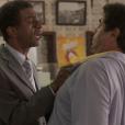 Em 'Totalmente Sem Noção Demais', Zé Pedro (Hélio de la Peña) arma um barraco com Hugo (Orã Figueredo), após descobrir que ele e Dorinha (Samantha Schmutz)estão trocando mensagens picantes em aplicativo de relacionamento