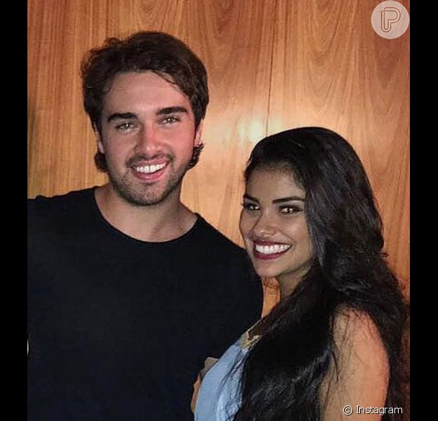 Ex-BBB16 Munik janta com Olin Batista e dupla troca beijos em festa no Rio na noite de sexta-feira, 03 de junho de 2016. Na imagem, o casal posa com a assessora de imprensa Aline Nobre