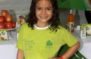 Mel Maia, de 'Joia Rara', participa de corrida infantil em dia chuvoso no Rio