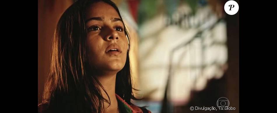 Olívia (Giullia Buscacio) procura Miguel (Gabriel Leone) para pedir que ele ajude-a a convencer Santo (Domingos Montagner) a colocar seu projeto em prática, na novela 'Velho Chico', em junho de 2016