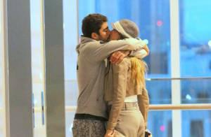 Luana Piovani e Pedro Scooby trocam beijos após jantar em shopping no Rio