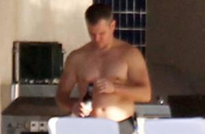 Matt Damon exibe barriguinha saliente durante férias com família em Miami