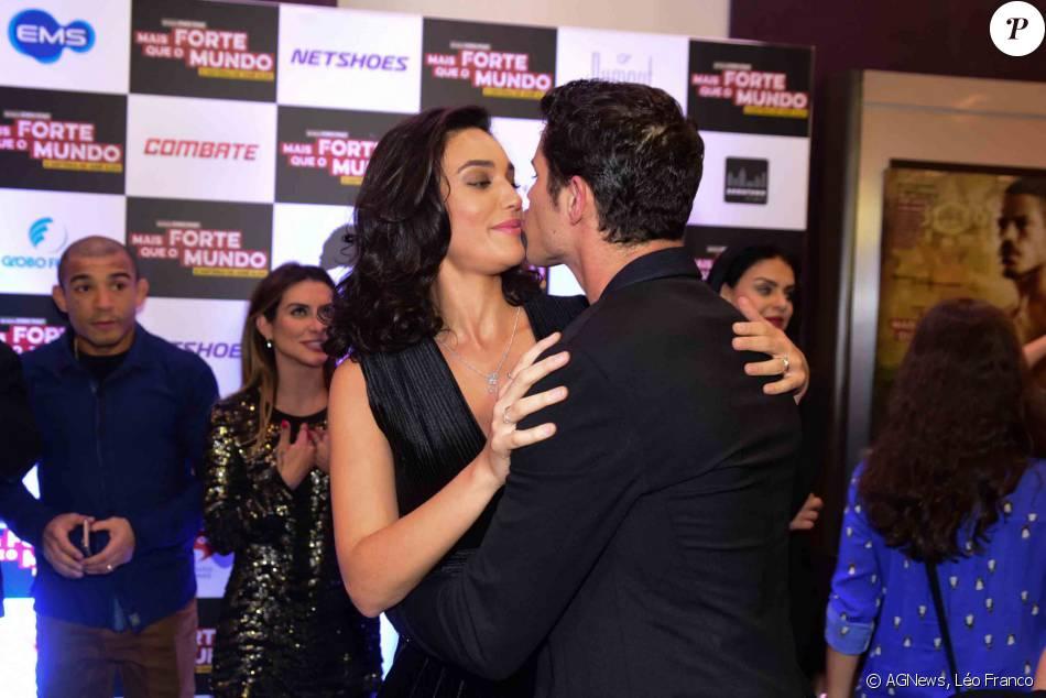 Débora Nascimento beija José Loreto na pré-estreia do filme 'Mais Forte Que o Mundo', em São Paulo, nesta segunda-feira, 6 de junho de 2016