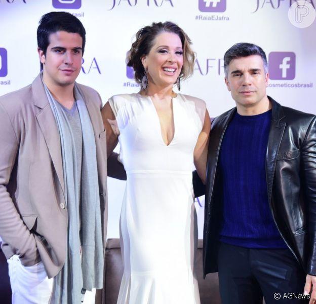 Claudia Raia lança perfume acompanhada do filho e marido em evento, no Espaço 011, na Vila Olímpia, em São Paulo