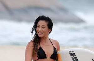 Daniele Suzuki troca de roupa e ajeita biquíni após surfar em praia. Veja fotos!