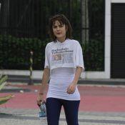 Maria Casadevall caminha descabelada pela orla do Rio