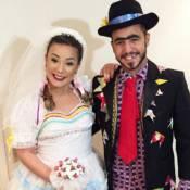 Ex-BBBs Cacau e Matheus se vestem de caipira para festa junina: 'Hoje nois casa'