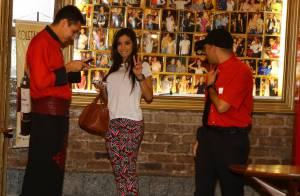 Anitta posa com fãs em churrascaria após tarde de gravação do 'Estrelas'