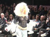Xuxa dá reboladinha em desfile e recebe a filha, Sasha, em bastidor. Vídeos!