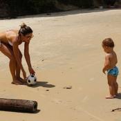 Patricia Abravanel brinca com o filho, Pedro, em praia: 'Amor sem medida'