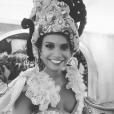 Aline Dias mostrou a fantasia que usou pela Estácio de Sá em clique no seu Instagram