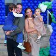 O comentarista esportivo Caio Ribeiro e a mulher, Renata Leite, levaram os filhos para o aniversário de Luca