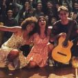 Giulia Costa compartilhou imagem da estreia da peça 'Confissões de Adolescente' com público ao fundo