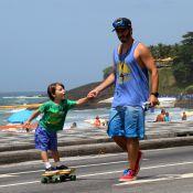 Thiago Rodrigues leva o filho, Gabriel, para andar de skate na orla do Rio
