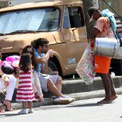 Marcelo Faria se refresca com mate em passeio com a mulher, Camila Lucciola