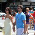 Marcelo Faria caminha com a mulher, Camila Lucciola, na orla do Leblon, na Zona Sul do Rio
