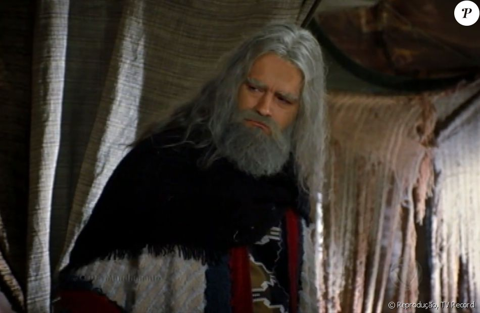 Moisés (Guilherme Winter) sofre com a morte da mulher, Zípora (Giselle Itié), na última semana da novela 'Os Dez Mandamentos - Nova Temporada'