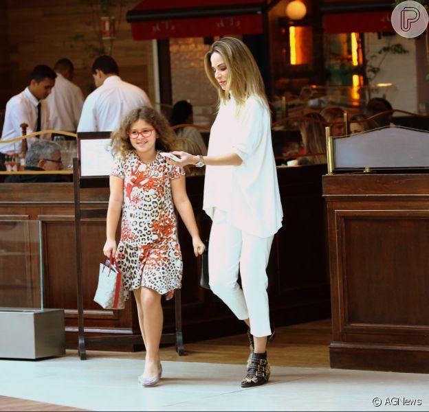 Ana Furtado e a filha, Isabella, mostraram elegância ao passear em um shopping, na tarde desta sexta-feira, 24 de junho de 2016
