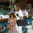 Ana Furtado passeou com a filha, Isabella, em um shopping do Rio de Janeiro