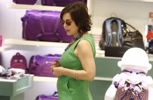 Regiane Alves exibe barriguinha de três meses de gravidez durante compras no Rio